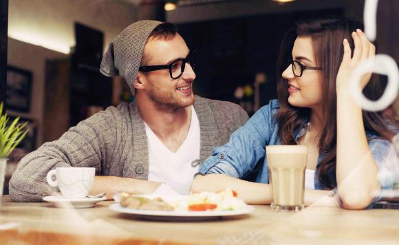 男性と女性2人きりで食事に行く...